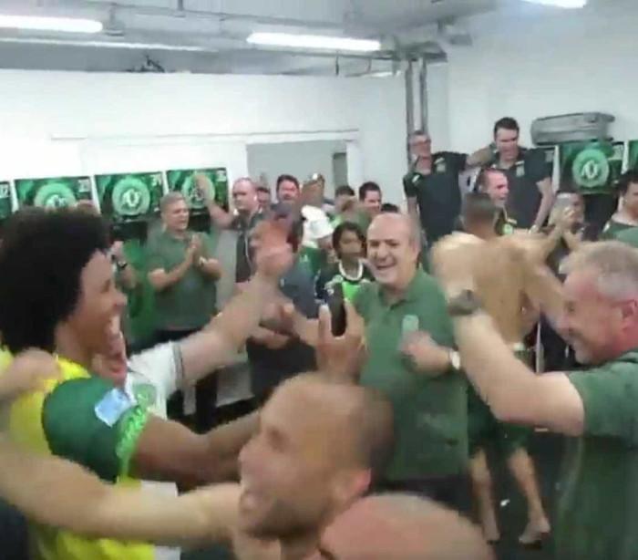 Vídeo mostra equipe da Chapecoense comemorando a classificação