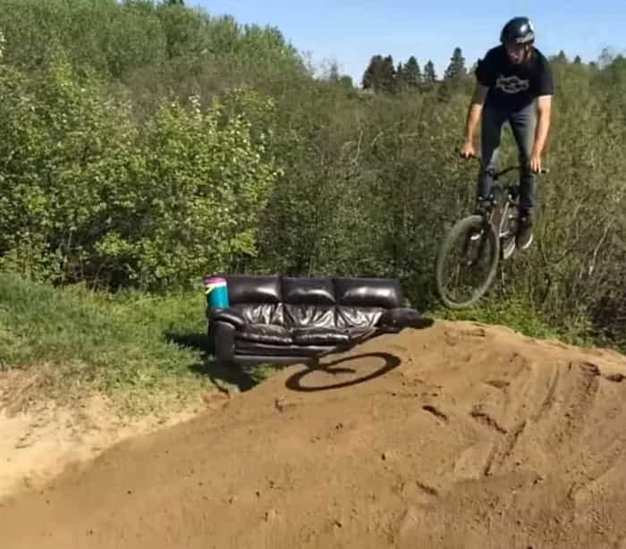 Manobra de bike dá errado e homem leva grande tombo