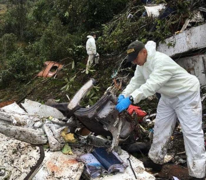 Vídeo mostra ação da equipe de resgate nos escombros do avião
