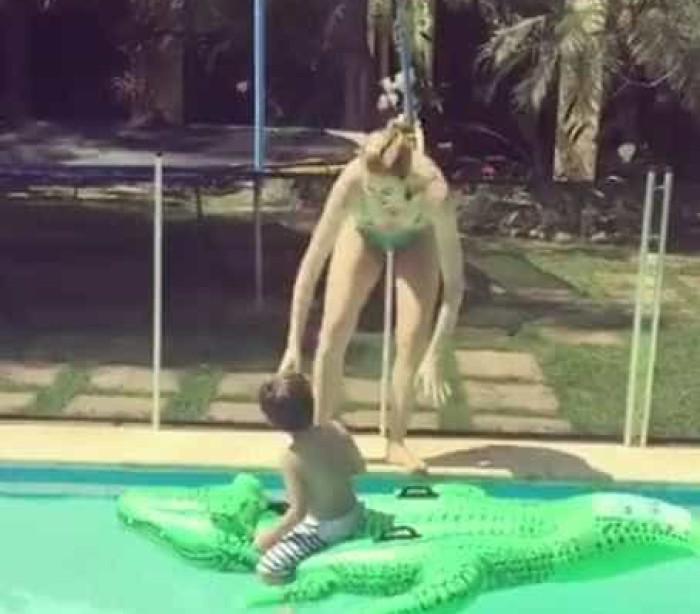 """Piovani curte momento na piscina em família: """"Segura os peitos"""""""