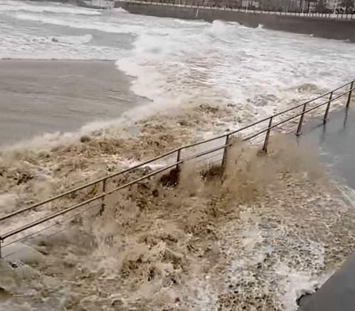 Praia espanhola é tomada por ondas gigantes; assista!