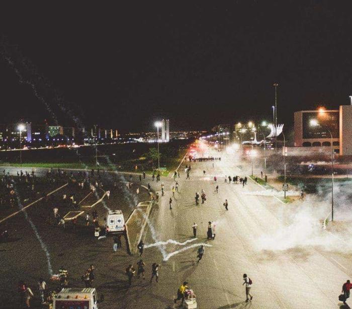 Veja conflito entre PM e manifestantes contra a PEC55 em Brasília