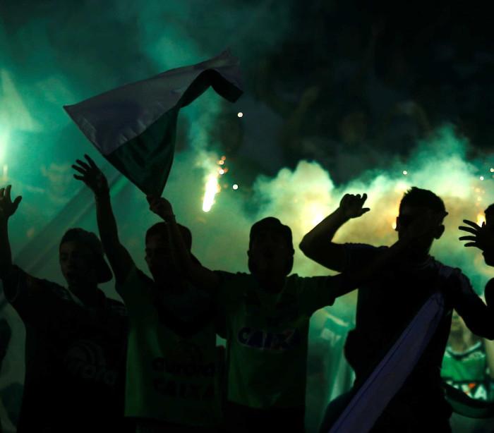 Torcida do Atlético Nacional canta em homenagem à Chape; assista