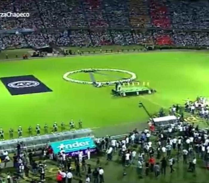 Torcida do Atlético Nacional lota estádio em homenagem à Chape; vídeo