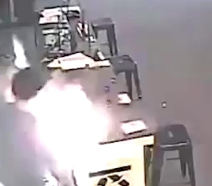Veja momento em que cigarro eletrônico explode em rosto de homem