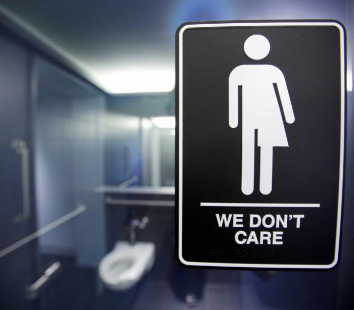 Trump muda regras de acesso de transgêneros a banheiros