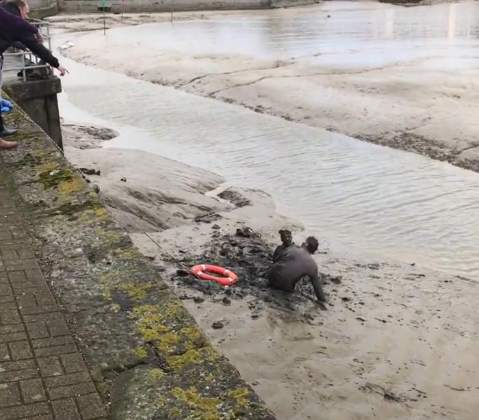 Casal bêbado cai em rio e atola lama; assista!