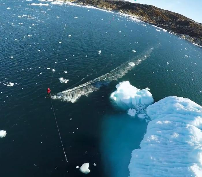 Atleta pratica kitesurf entre enormes icebergs na Groelândia; confira