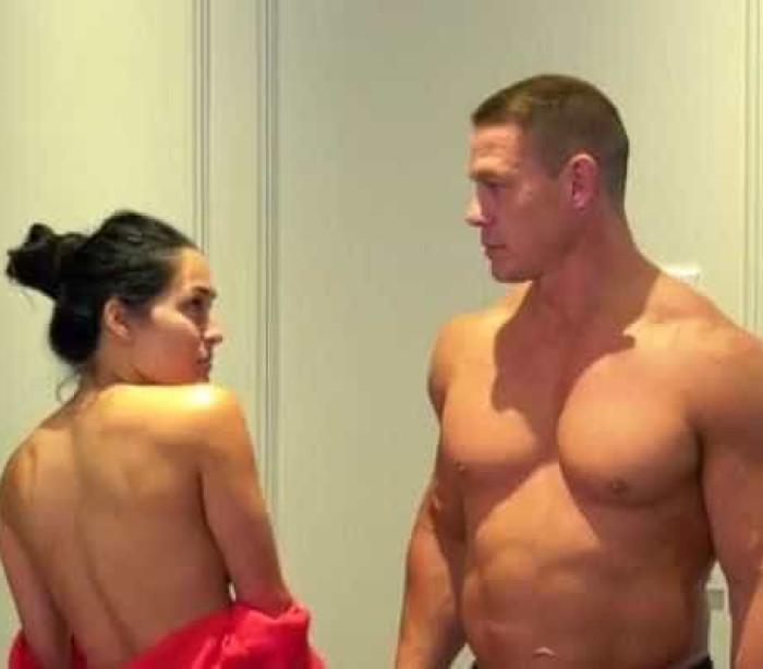 Casal da luta-livre dos Estados Unidos (WWE) tira roupa em vídeo