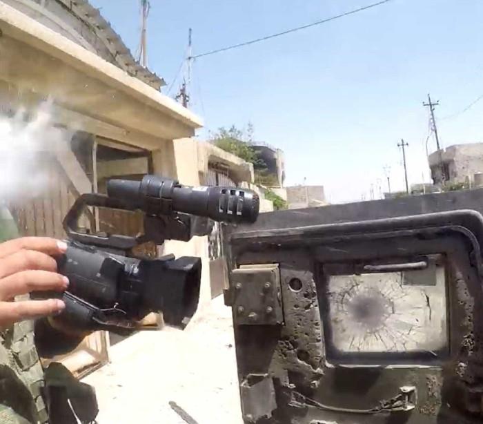 Milagre! Sniper do ISIS atira em repórter que é salvo pela câmera