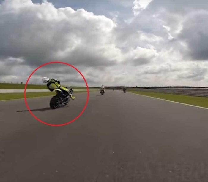 Piloto desmaia em cima da mota mas continua a andar