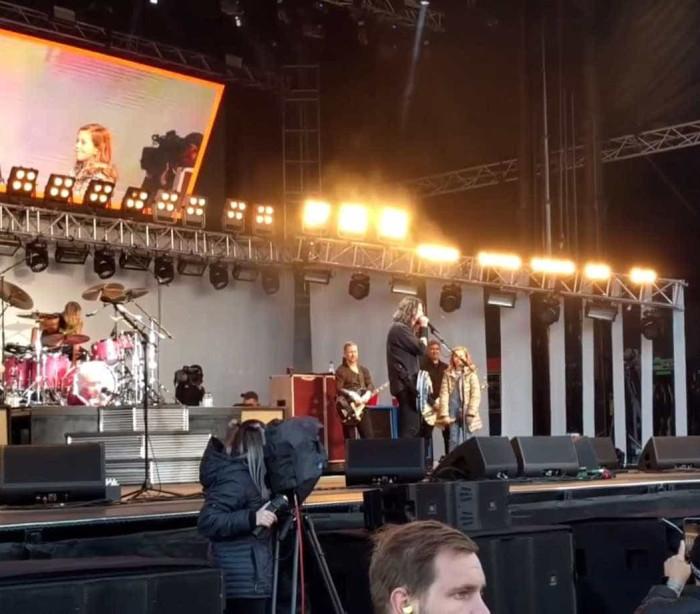 Filha de Dave Grohl toca com o Foo Fighters em show