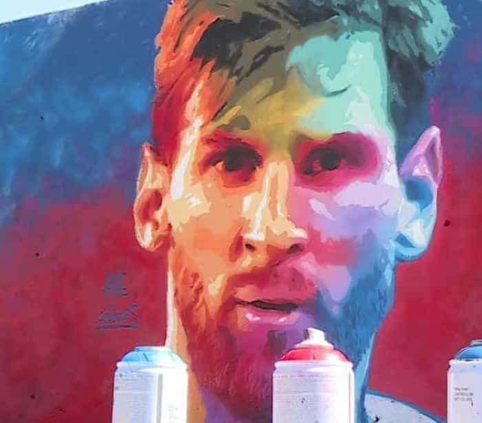 Messi é homenageado com grafite no centro de Barcelona
