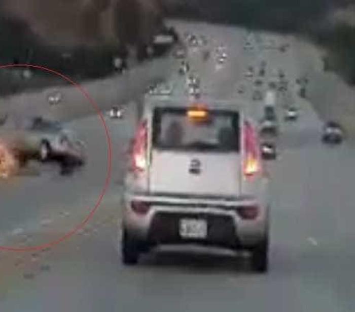 Homem chuta carro e inicia grave acidente nos EUA; assista