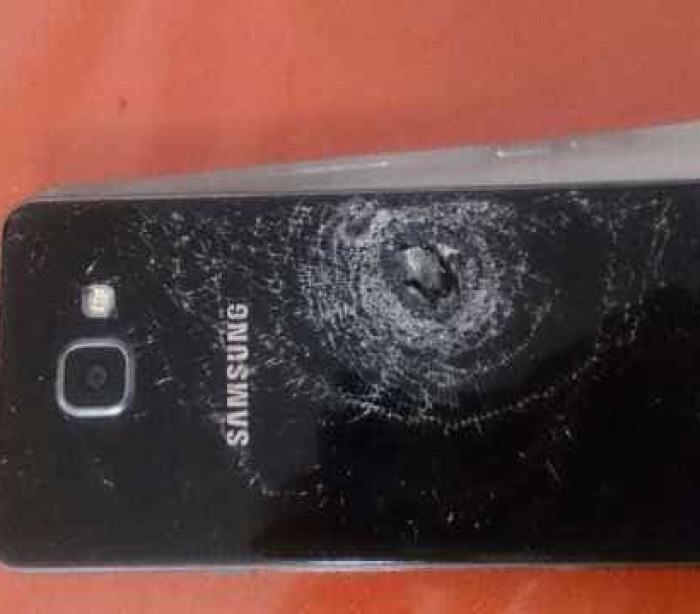 Mulher é 'salva por celular' durante tiroteio no Complexo do Alemão