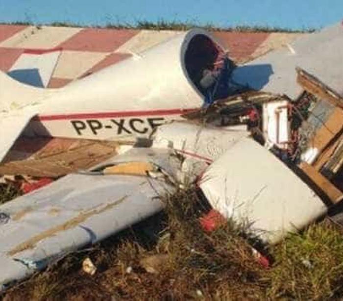 Avião cai em aeroclube de MG e piloto de 72 sobrevive à queda