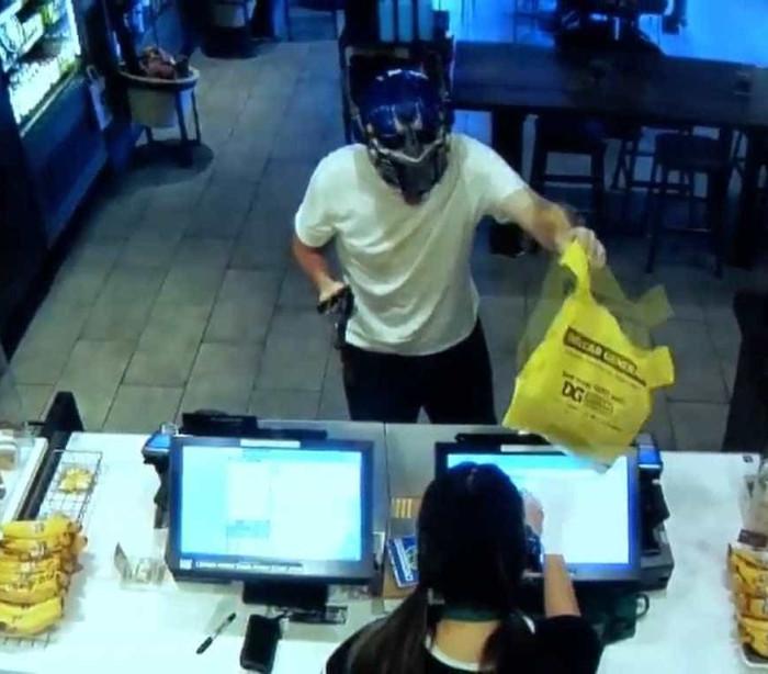 Homem impede roubo no Starbucks com cadeira e vira herói