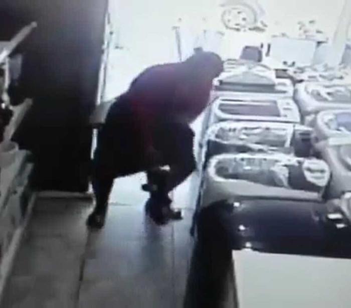 Mulher furta loja e esconde TV de 24 polegadas embaixo de saia