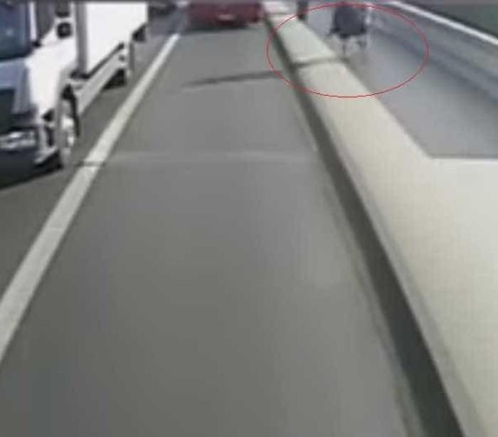 Homem empurra mulher na frente de ônibus em movimento; veja o vídeo