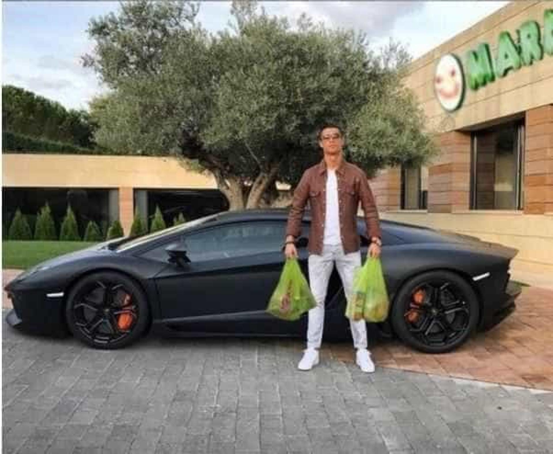 Cristiano Ronaldo faz pose para foto e vira alvo de memes; confira