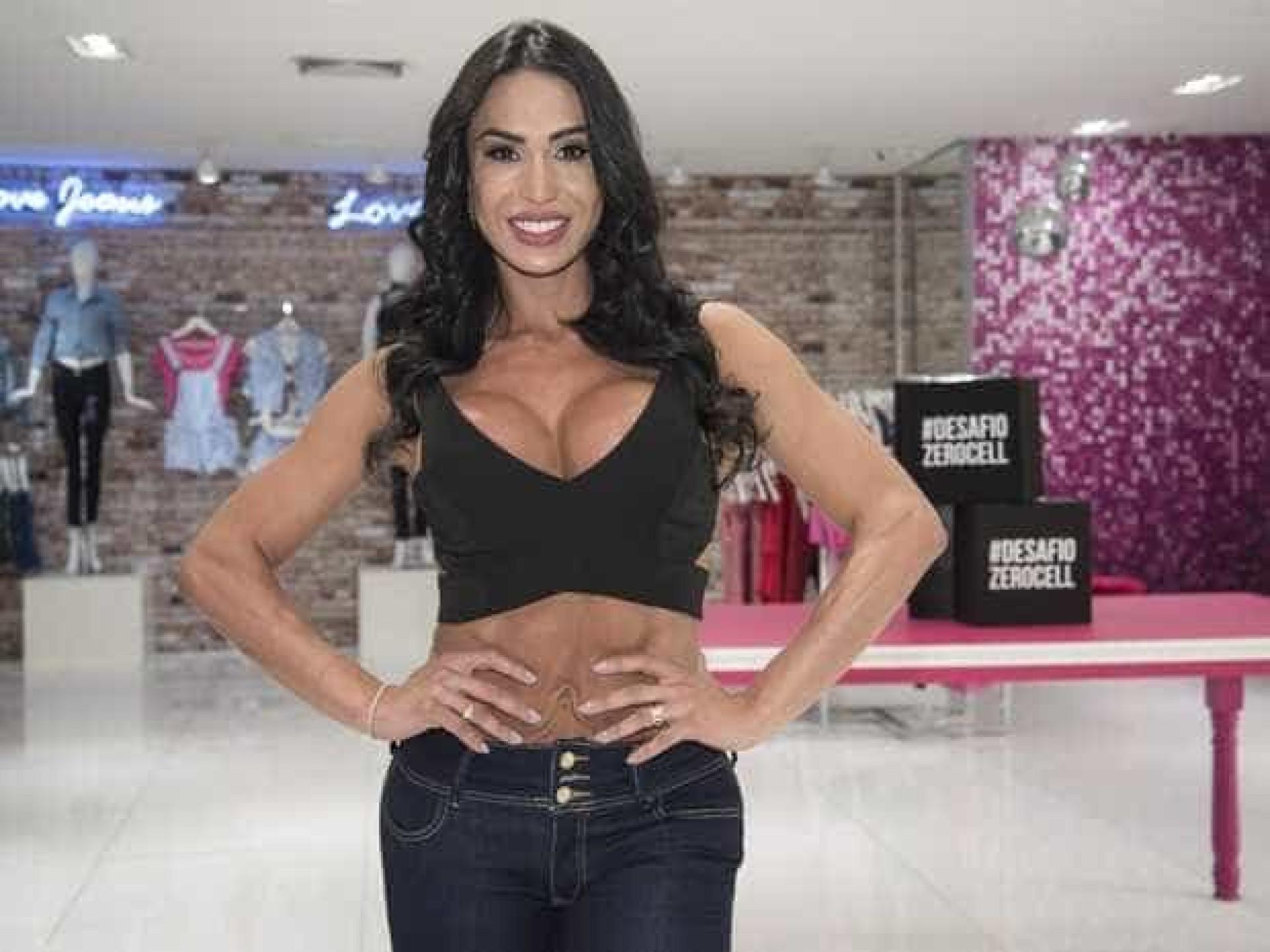 Gracyanne Barbosa aparece com a  barriga deformada em evento