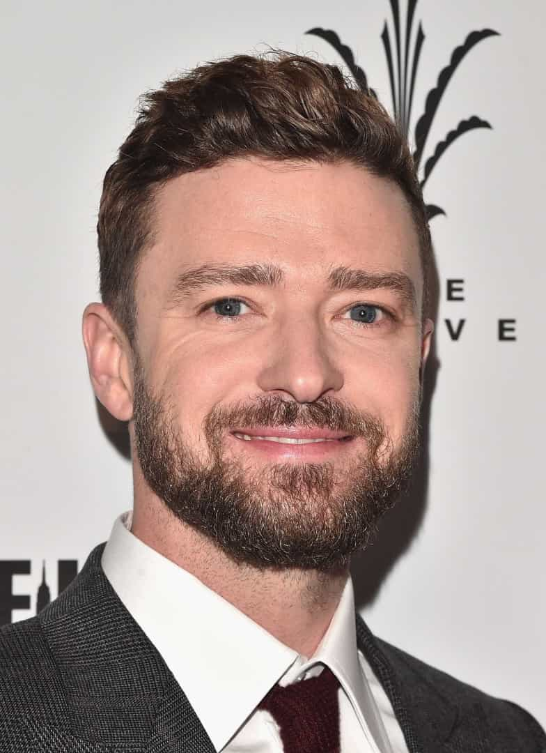 Justin Timberlake posa junto da esposa no tapete vermelho
