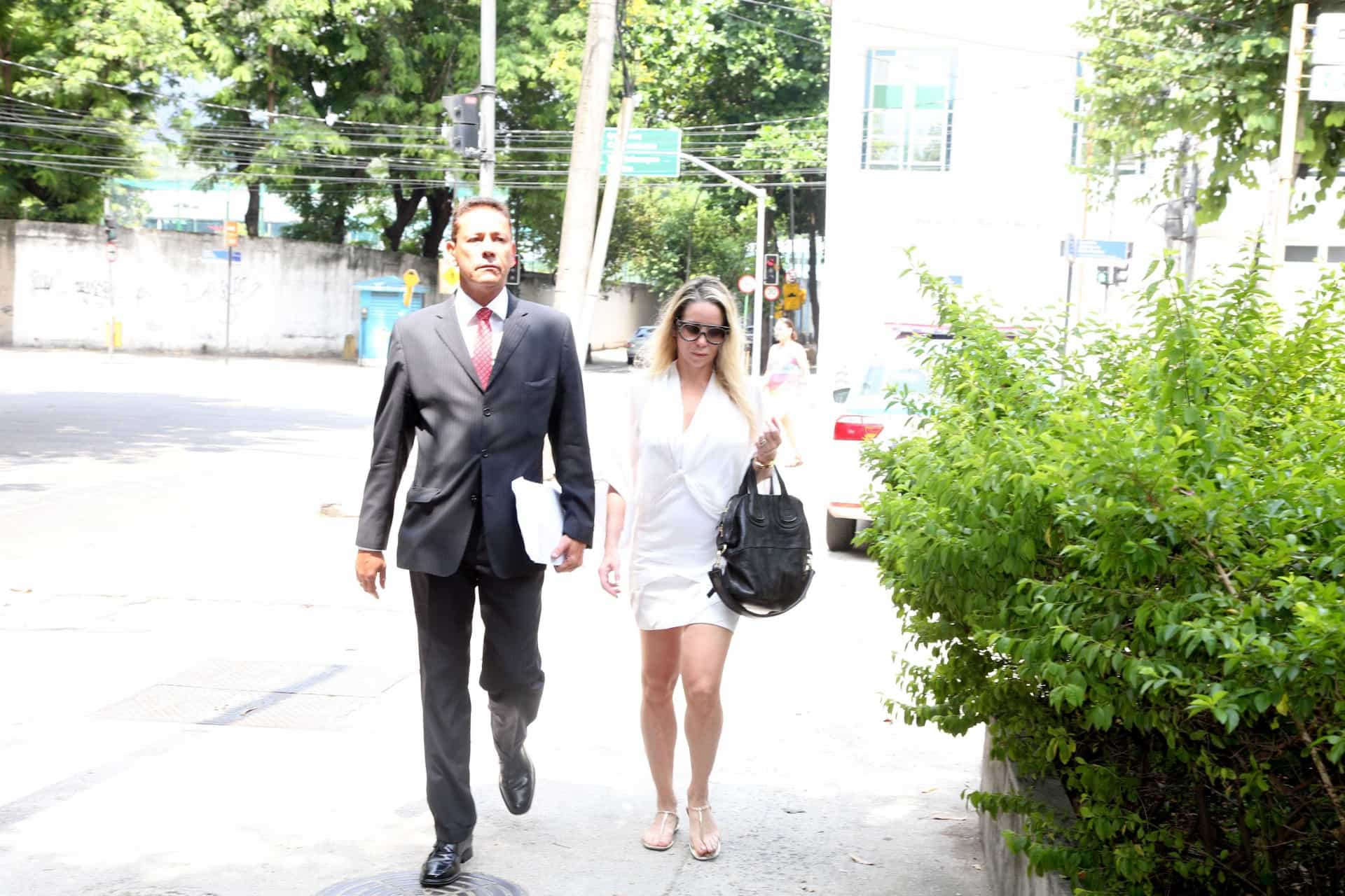 Danielle Winits usa 'branco da paz' para  prestar queixa em delegacia