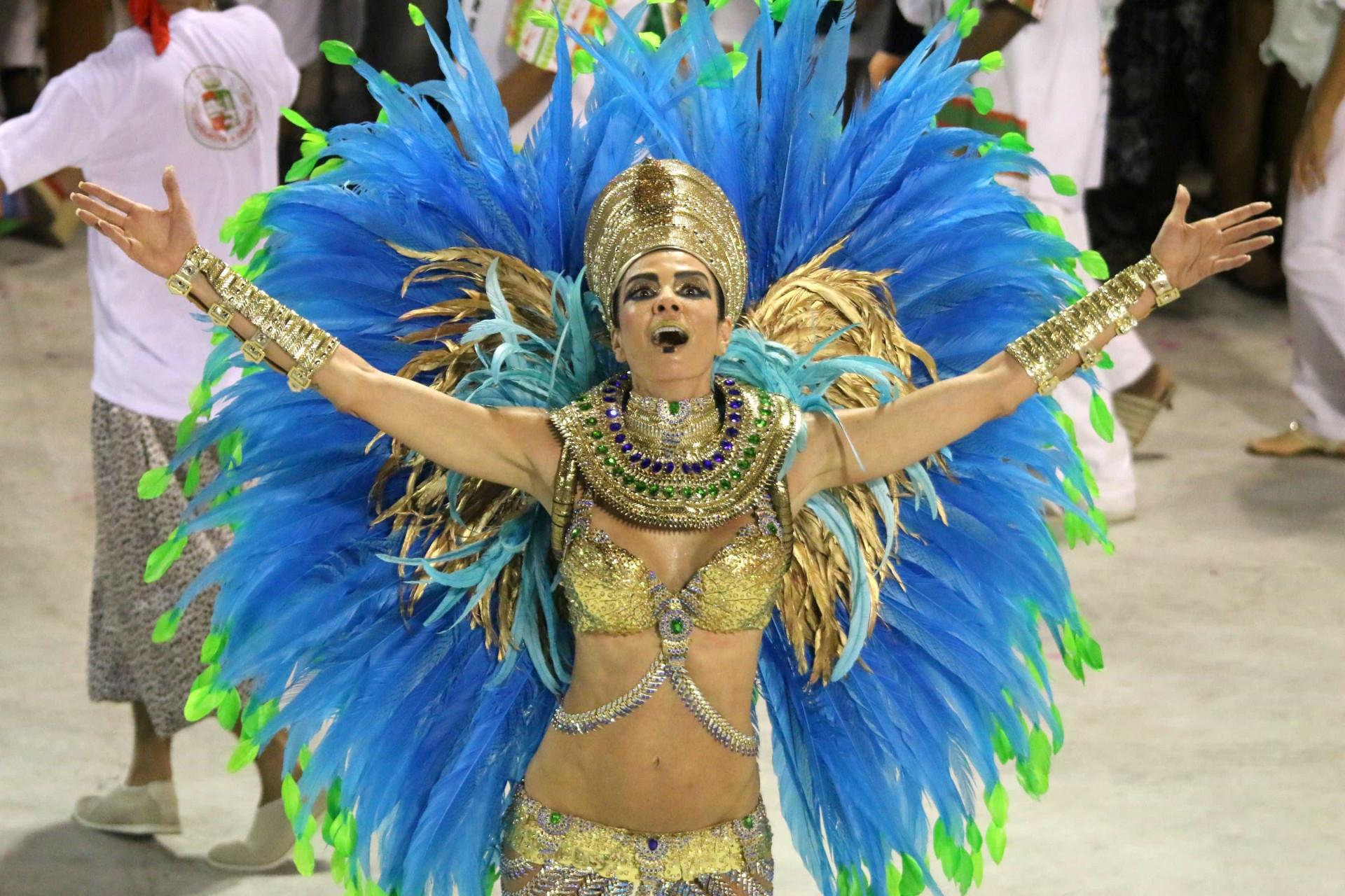 Desfile das campeãs do Rio reúne famosos, confira