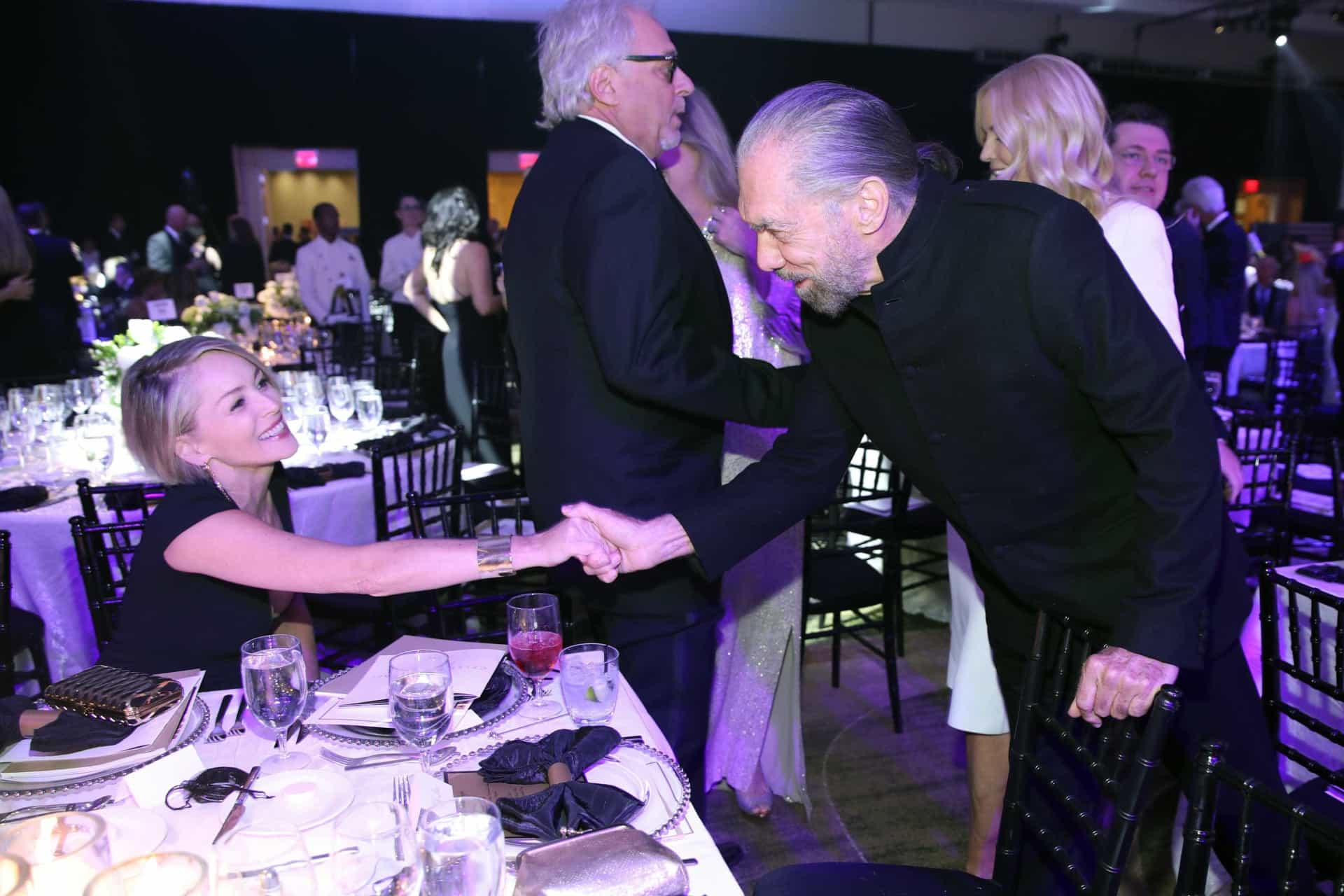 Aos 59 anos, Sharon Stone exibe forma física invejável