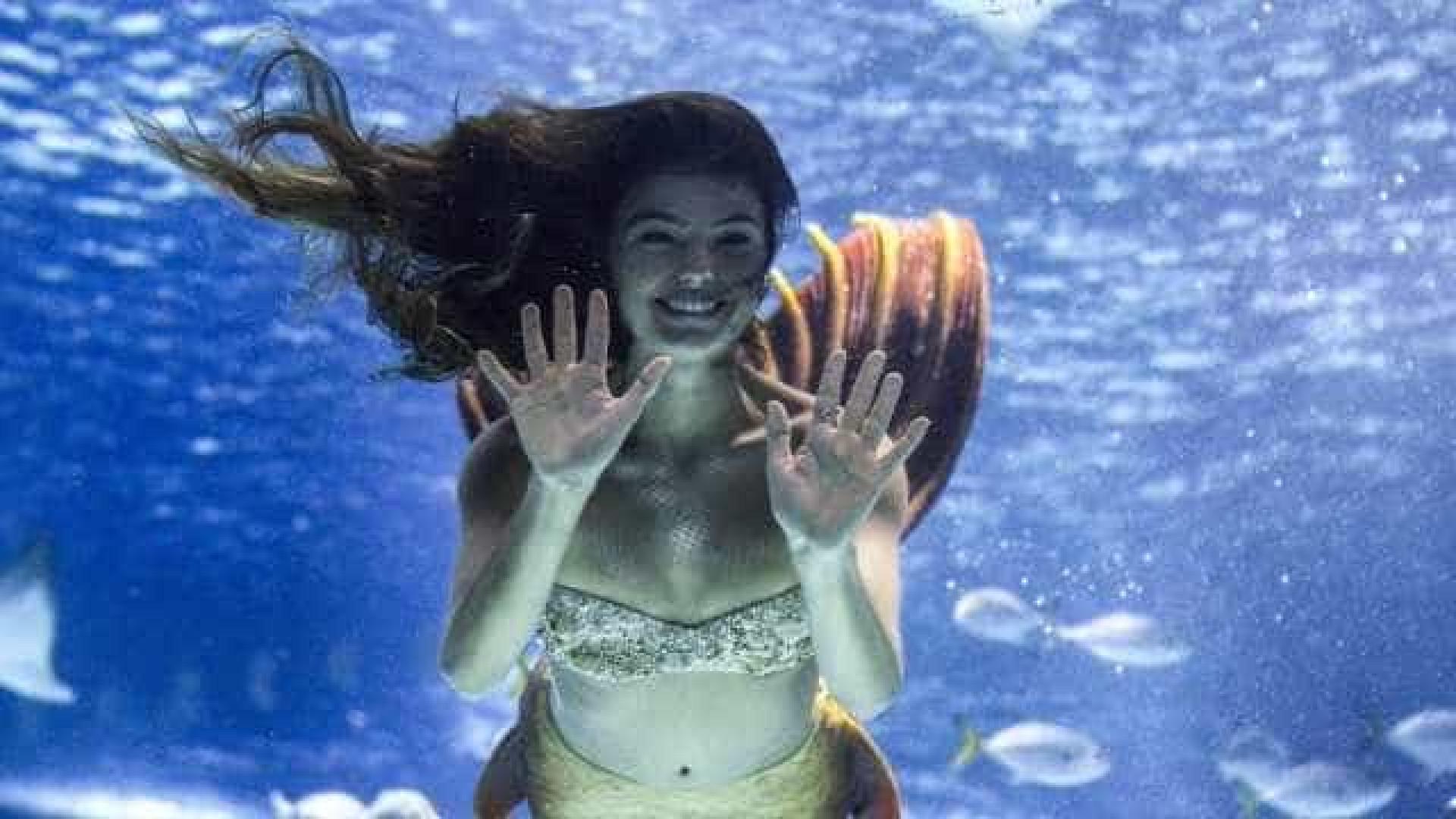 Isis Valverde grava cenas como 'sereia' no AquaRio e diz temer tubarões