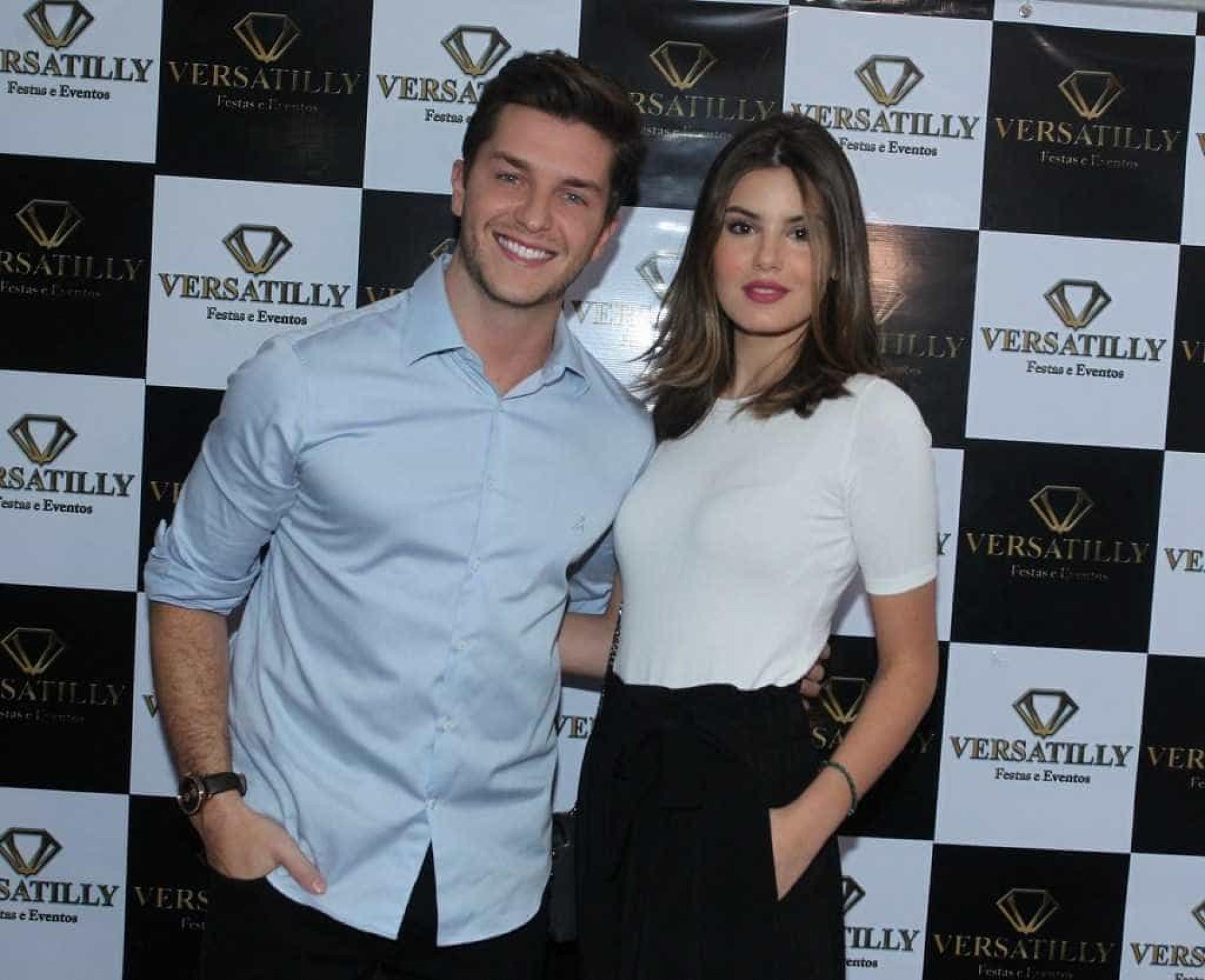 Camila Queiroz e Klebber celebram 1 ano de namoro; veja fotos