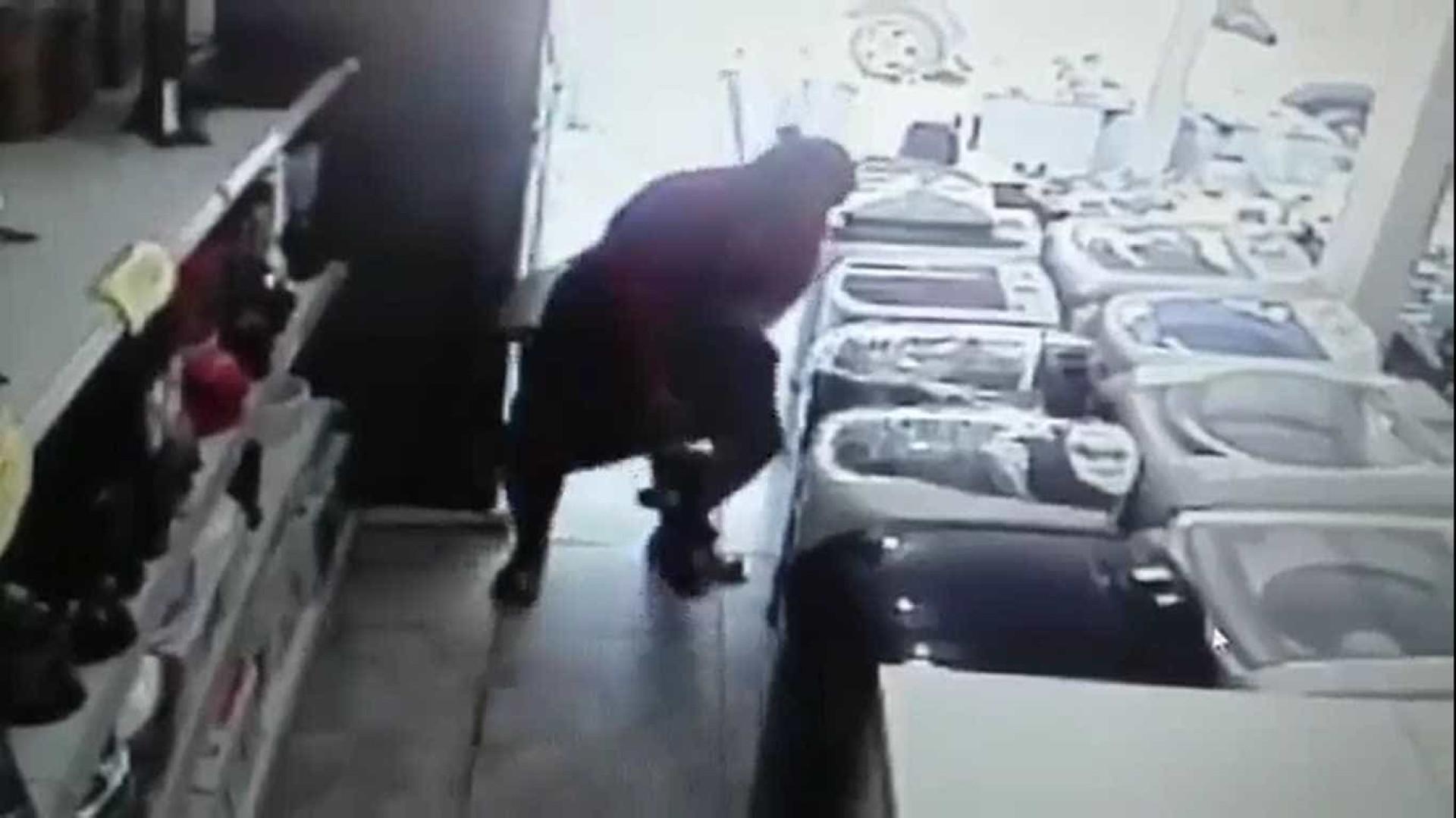 Furto: mulher esconde TV  de 32'' entre as pernas; vídeo