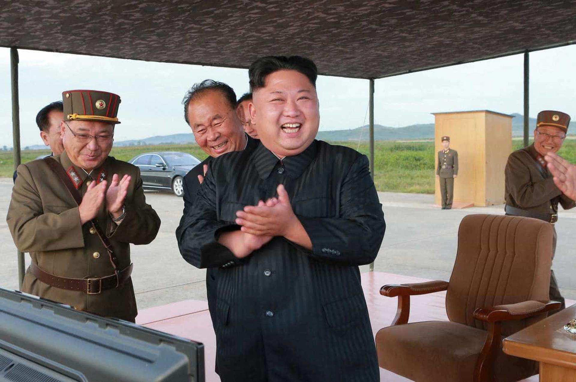 Coreia do Norte divulga fotos do último teste de mísseis