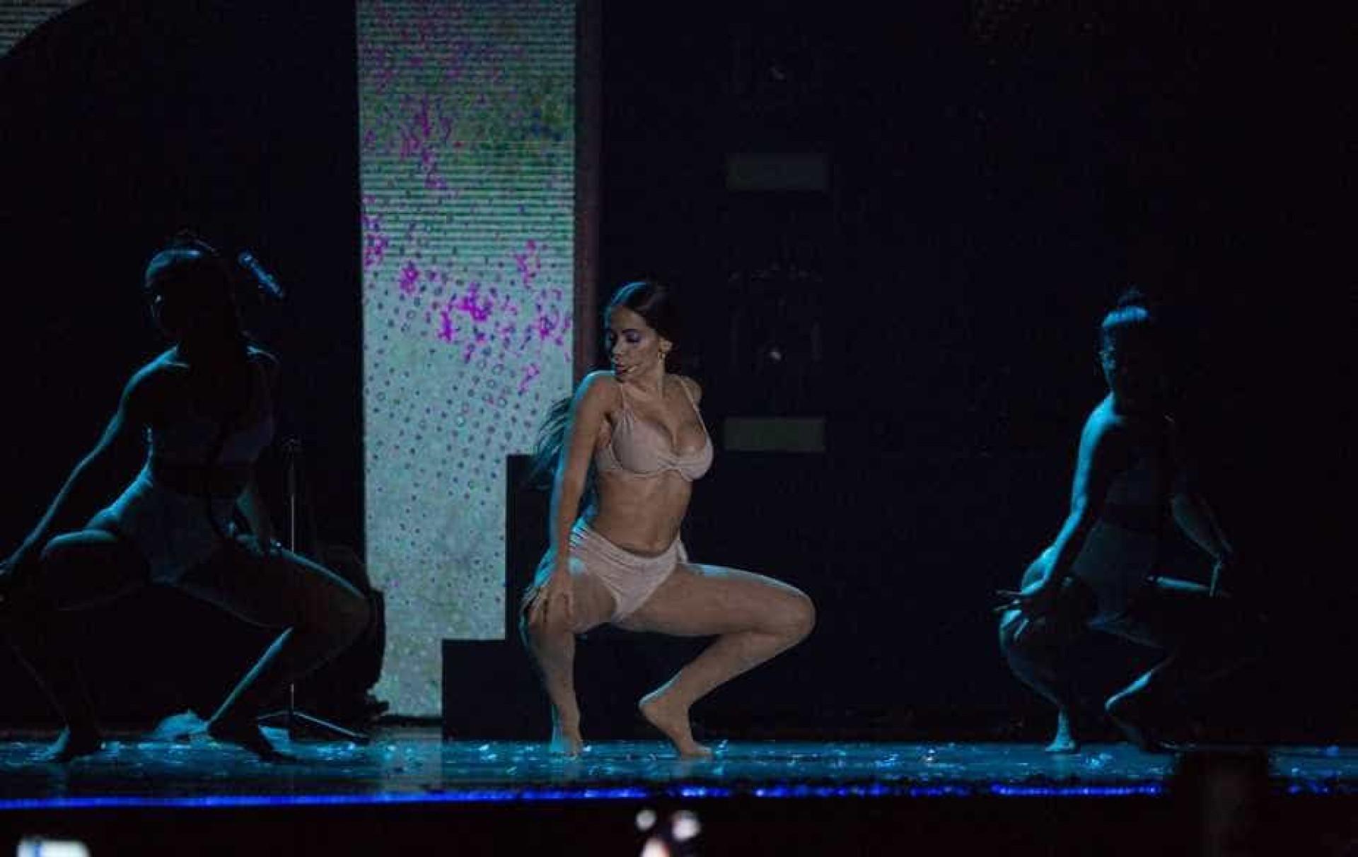 Grande vencedora do Prêmio Multishow, Anitta 'paga peitinho' no palco