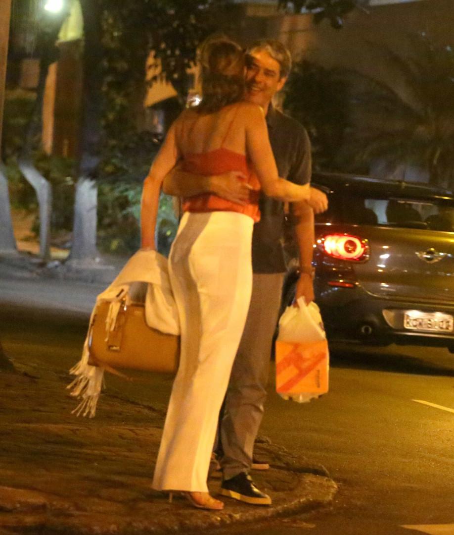 William Bonner troca carinhos com a namorada no Rio