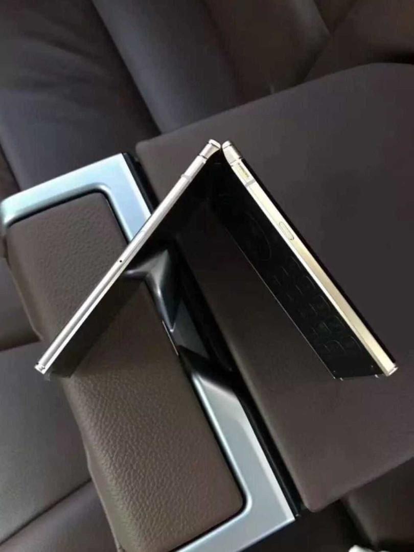 Imagens do novo celular flip da Samsung vazam nas redes sociais