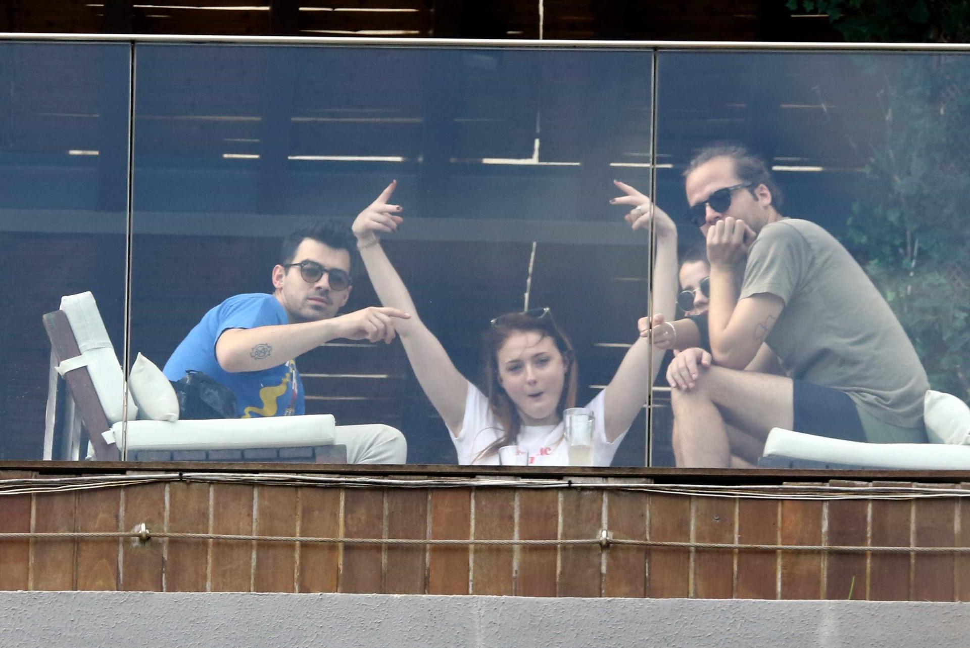 Joe Jonas e atriz de 'Game of Thrones' são vistos em hotel no Rio
