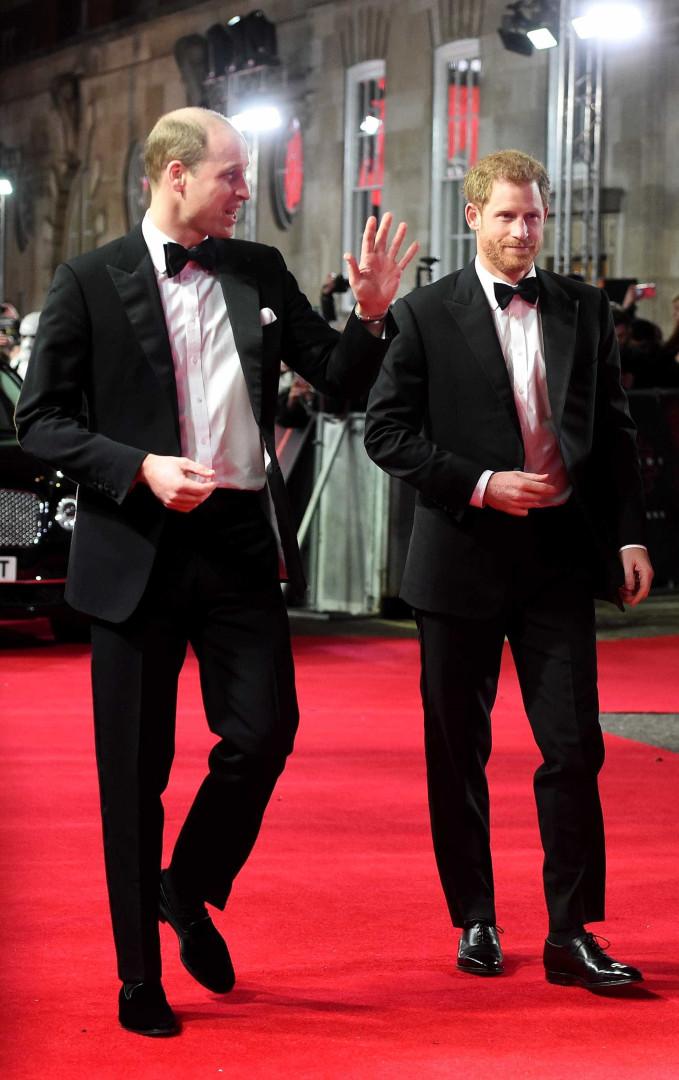 Príncipe William surge de cabelos raspados e assume calvície