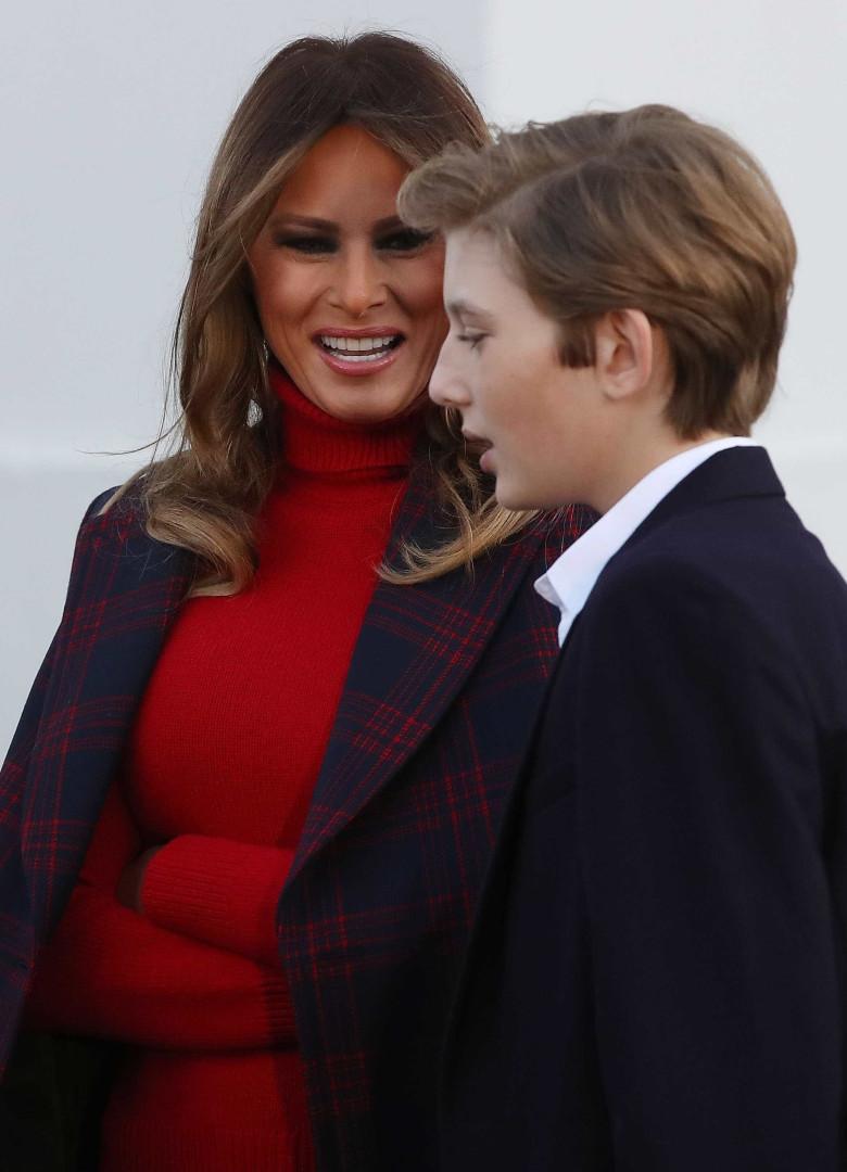Saiba por que Melania Trump usa o casaco sobre os ombros