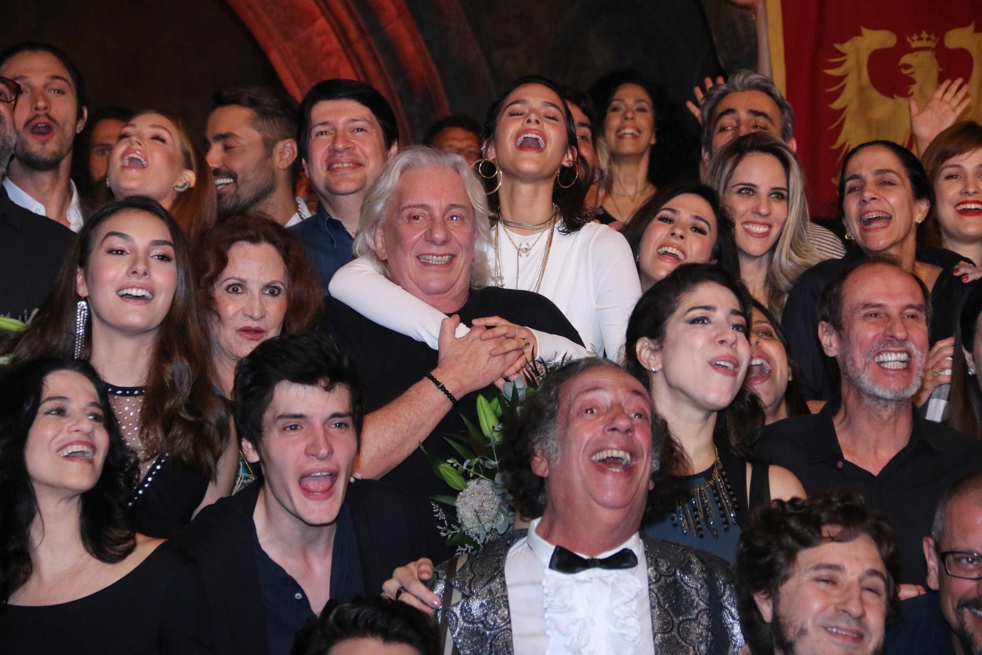 Pré-estreia de 'Deus Salve o Rei' reúne elenco de peso no Projac