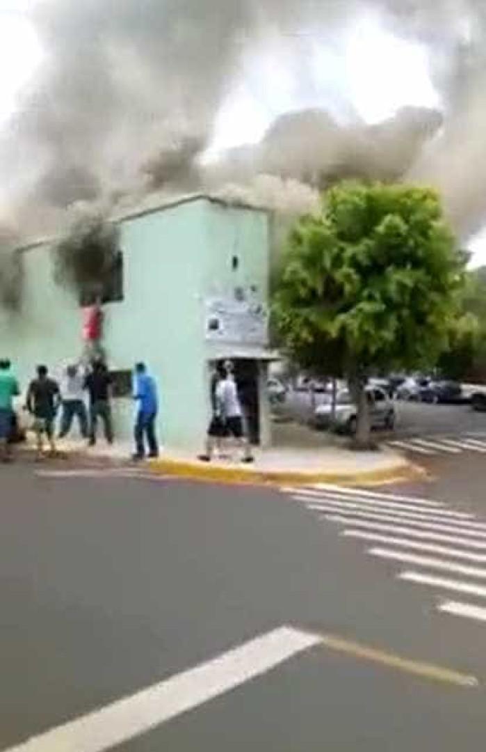 Homem salva menino de casa em chamas em Santa Rosa; vídeo
