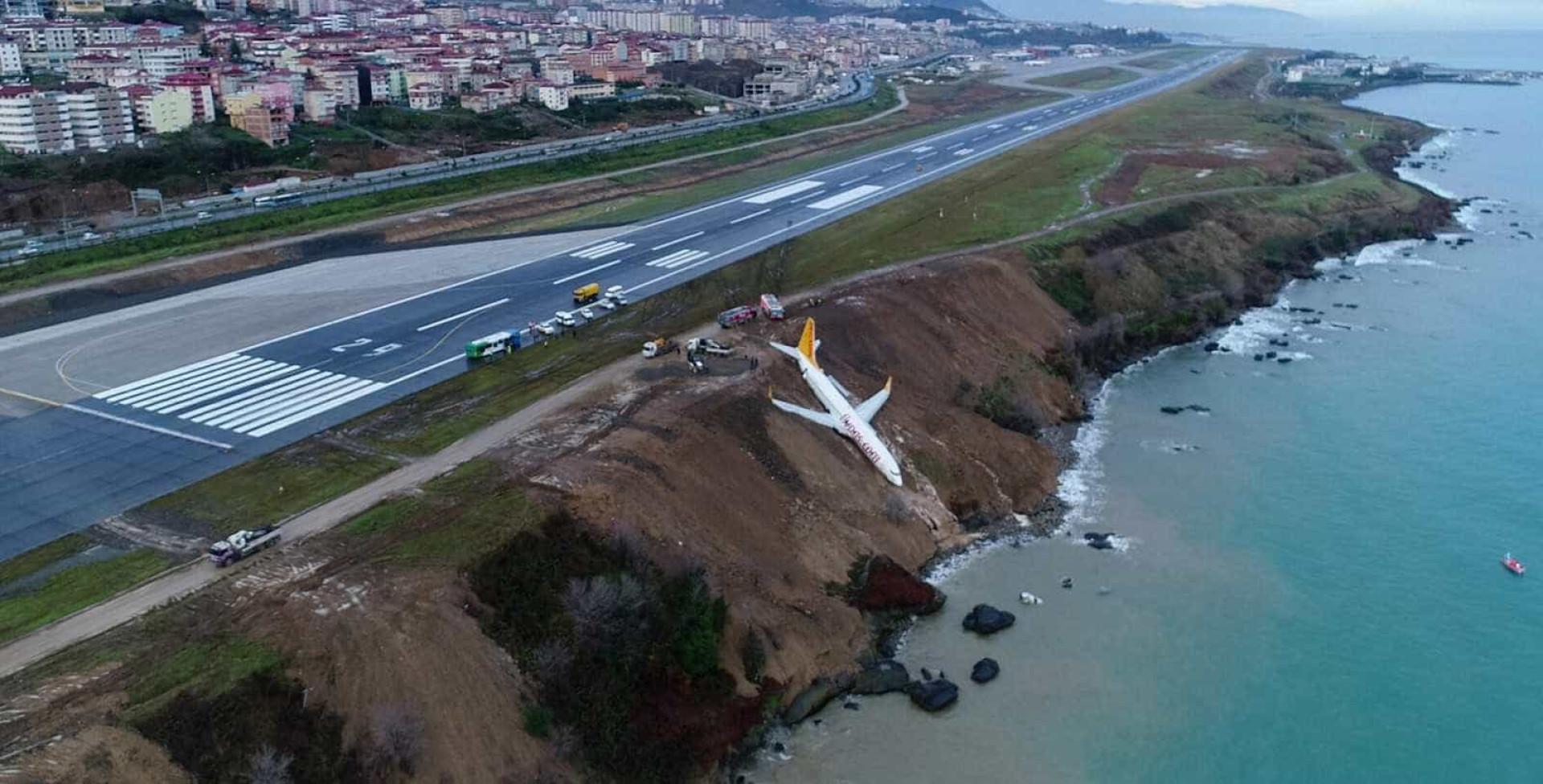 Impressionante: avião derrapa na descida e cai em barranco na Turquia