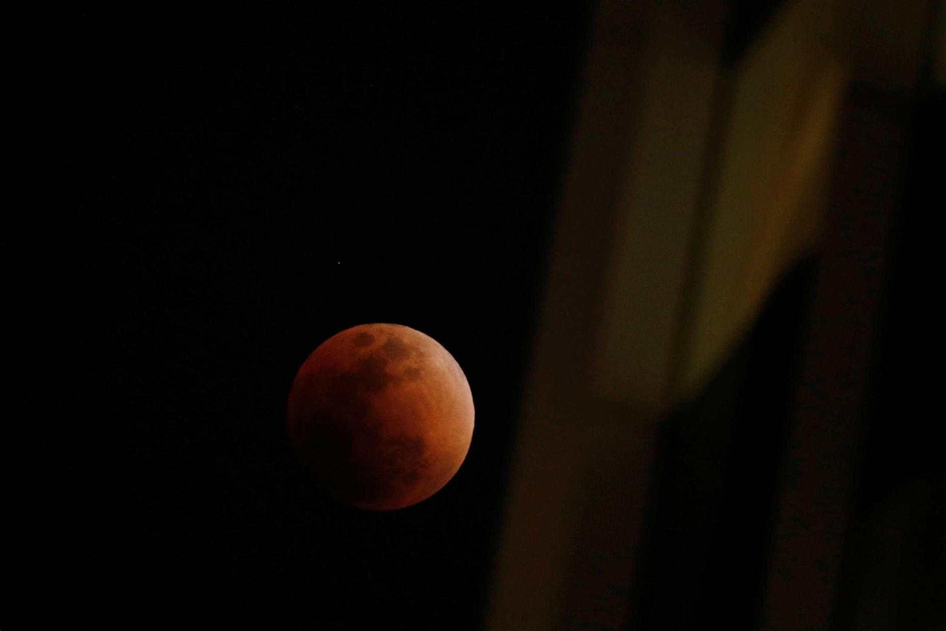 Super Lua cria fenômeno incrível nos céus; veja as melhores fotos