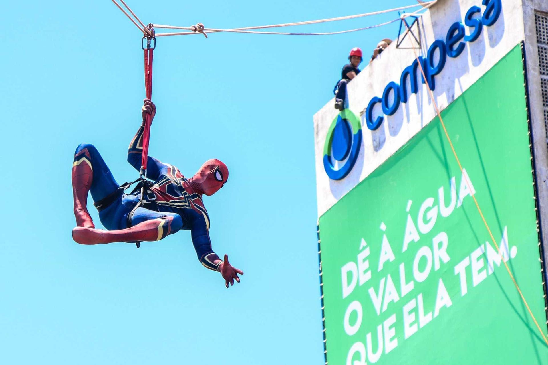Heróis ganham ladeiras e 'Homem-Aranha' desce de caixa d'água em Olinda