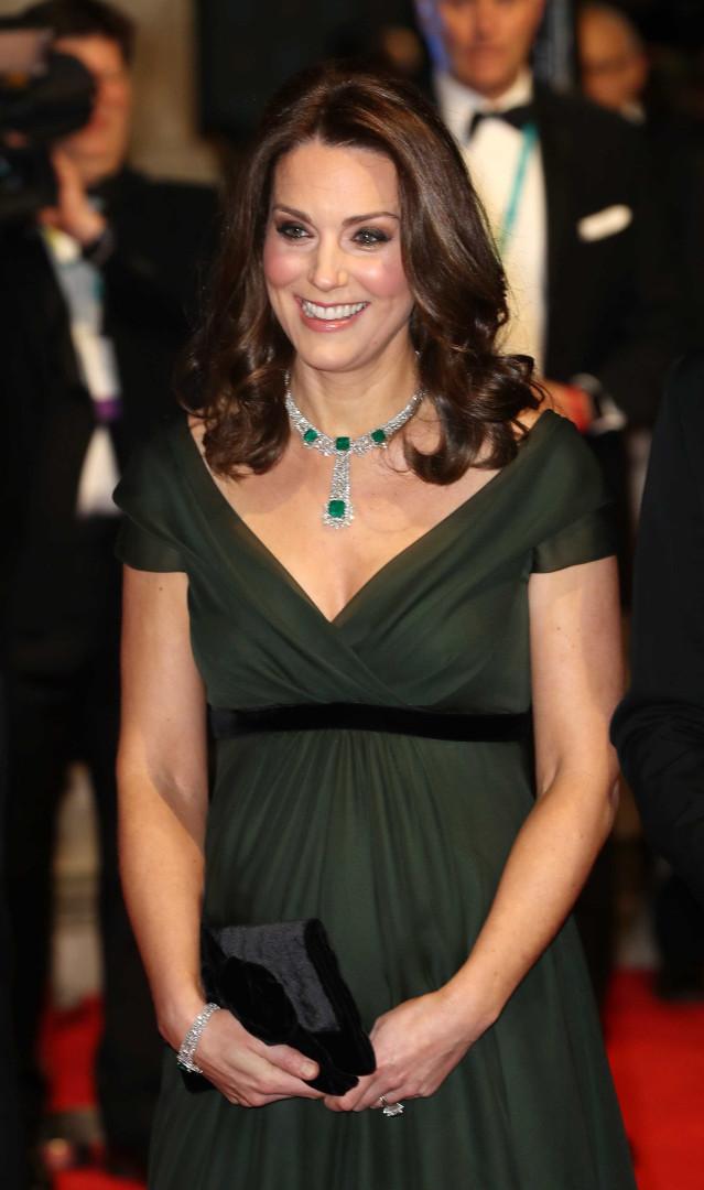 Vestido verde de Kate Middleton chama atenção no tapete vermelho