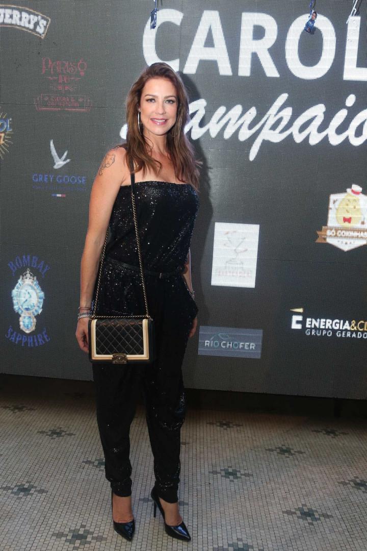 Carol Sampaio comemora aniversário com festão e vários famosos