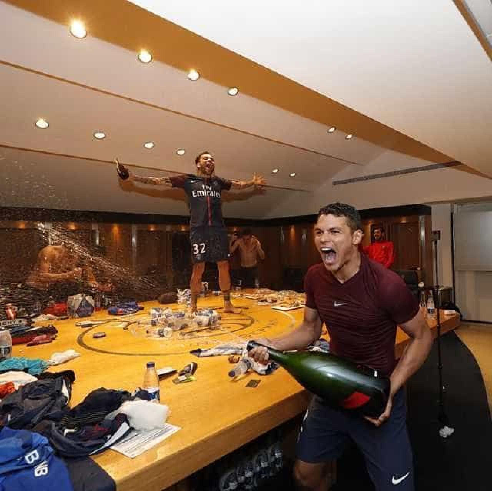 Thiago Silva toma 'banho' de espumante após faturar título francês