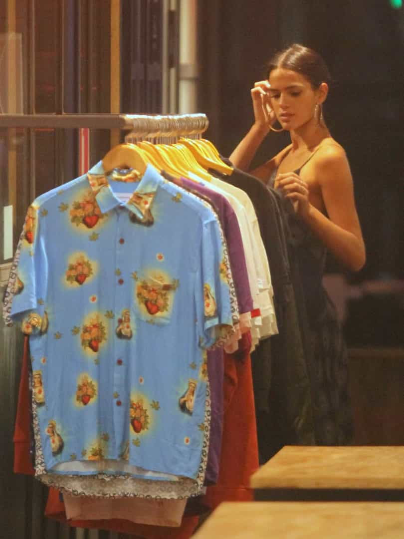 Bruna Marquezine é vista fazendo comprinhas em shopping do Rio