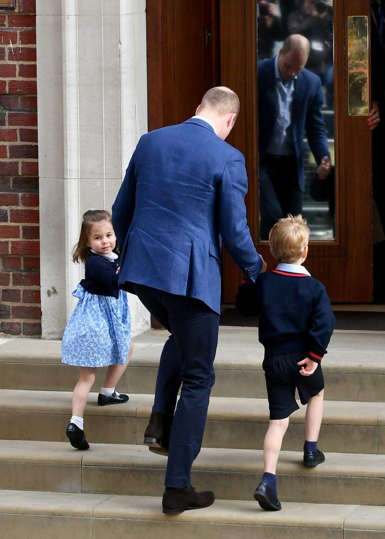 Príncipe William leva George e Charlotte para visitar irmão