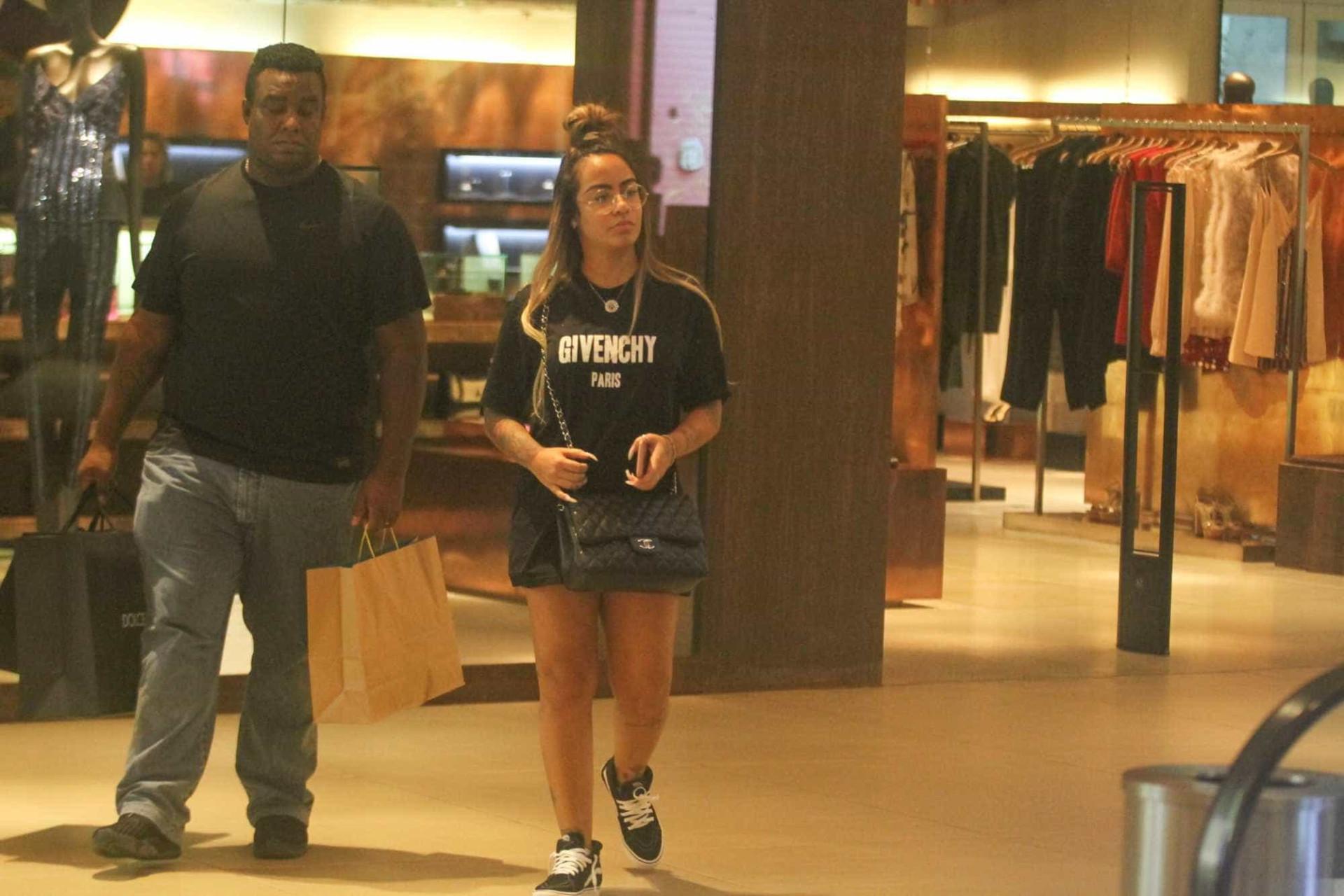 Irmã de Neymar é vista no shopping acompanhada de segurança